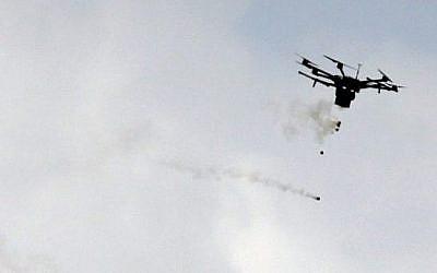 Une photo prise le 30 mars 2018 montre un drone de la police des frontières lâchant des gaz lacrymogènes durant des affrontements avec des manifestants palestiniens à proximité de la frontière avec Israël, à l'est de Gaza City (Crédit :  AFP PHOTO / MAHMUD HAMS)