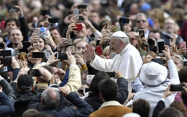 Le pape François salue la foule sur la place Saint-Pierre après la messe du dimanche de Pâques, le 1er avril 2018 au Vatican (PHOTO AFP / Andreas SOLARO)
