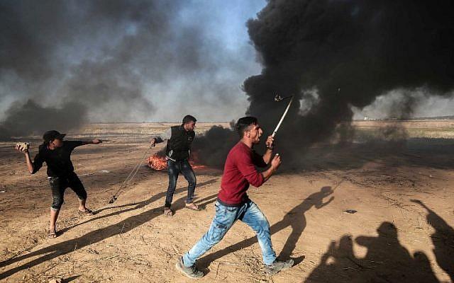 Des Palestiniens manifestent lors d'affrontements avec les forces de sécurité israéliennes à la frontière avec Israël, à l'est de Khan Younès, dans le sud de la bande de Gaza, le 1er avril 2018. (DIT KHATIB/AFP)