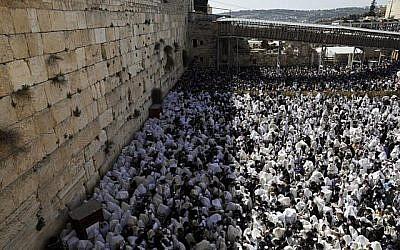 Des Juifs recouverts de leurs châles de prière participent à la prière des Cohanim (bénédiction du prêtre) pendant la fête de Pessah au mur Occidental dans la Vieille Ville de Jérusalem, le 2 avril 2018. (AFP PHOTO / MENAHEM KAHANA)