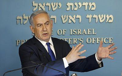 Le Premier ministre Benjamin Netanyahu parle à la presse dans son bureau de Jérusalem, le 2 avril 2018 (AFP PHOTO / Menahem KAHANA)
