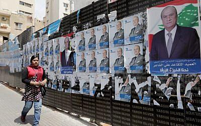 Affiches de campagne au Liban, le 2 avril 2018, à l'approche des élections parlementaires. (Crédit : AFP/ Anwar AMRO)