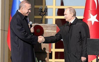 Le président turc Recep Tayyip Erdogan (à gauche) et le président russe Vladimir Poutine (à droite) se serrent la main lors de la cérémonie du lancement de la construction de la première centrale nucléaire turque, le 3 avril 2018 (PHOTO AFP / ADEM ALTAN)
