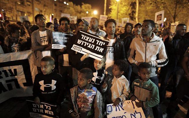 Les migrants africains manifestent à Jérusalem le 4 avril 2018 contre l'annulation par le Premier ministre israélien d'un accord avec les Nations Unies visant à éviter les déportations forcées de milliers de migrants africains. (AFP / MENAHEM KAHANA)