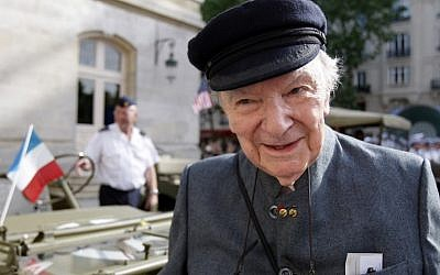 Franck Bauer, la dernière voix de Radio Londres, une diffusion radio entre 1940 et 1944 depuis la BBC à Londres dans la France occupée, prend la pose à Paris, le 17 juin 2009 (Crédit : / AFP PHOTO / PATRICK KOVARIK
