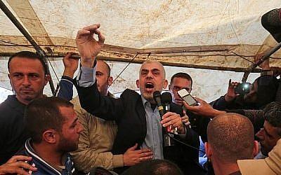 Yahya Sinwar, leader du Hamas dans la bande de Gaza, durant une manifestation à l'est de Khan Younès, dans le sud de la bande de Gaza, le 6 avril 2018 (Crédit : AFP/Said Khatib)