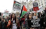 Des manifestants scandent des slogans et brandissent des pancartes lors d'une manifestation sur Whitehall en face de Downing Street au centre de Londres le 7 avril 2018 pour soutenir les Palestiniens dans la bande de Gaza, organisée par le Forum palestinien en Grande-Bretagne. (AFP PHOTO / Tolga AKMEN)