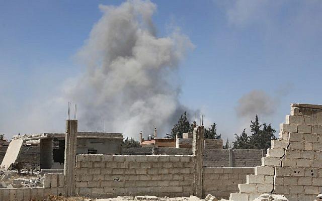 De la fumée s'élève dans la ville de Douma, dernier bastion de l'opposition dans la Ghouta orientale, en Syrie, le 7 avril 2018 (Crédit : AFP)