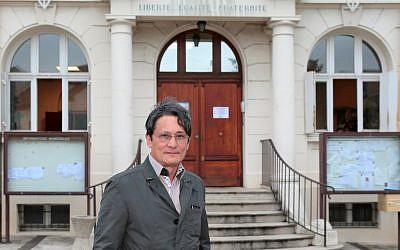Le maire du parti les Républicains de droite de Wissous, Richard Trinquier,  devant la mairie de Wissous, près de Paris, le 10 juillet 2014 (Crédit :AFP PHOTO / JACQUES DEMARTHON)