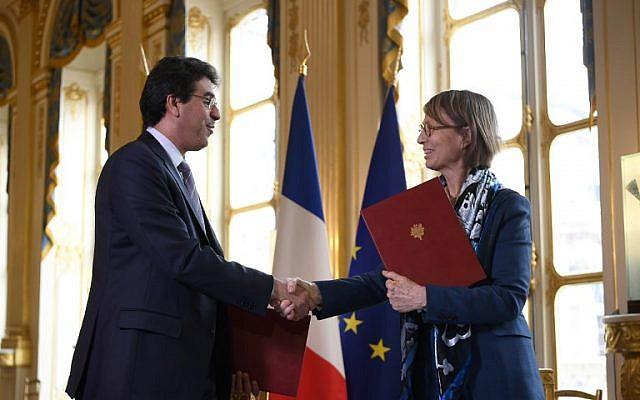 La ministre française de la Culture Françoise Nyssen serre la main de son homologue saoudien Awwad Al-Awwad après la signature d'un accord le 9 avril 2018 à Paris lors de la visite du prince héritier saoudien en France (PHOTO AFP / Lionel BONAVENTURE)