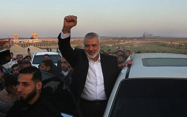 Le leader du Hamas Ismail Haniyeh lors d'un arrêt sur le site des manifestations à la frontière entre Israël et Gaza, à l'est de Gazy City, le 9 avril 2018 (Crédit : AFP PHOTO / MAHMUD HAMS)