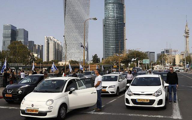 Les gens s'arrêtent et restent silencieux sur une rue du centre-ville de Tel Aviv le 12 avril 2018, alors que les sirènes retentissent à travers Israël pendant deux minutes pour marquer Yom HaShoah (Crédit : PHOTO AFP / Jack Guez)