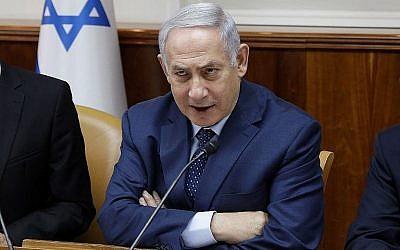 Le Premier ministre Benjamin Netanyahu au début de la réunion hebdomadaire du cabinet du Premier ministre à Jérusalem le 15 avril 2018. (Crédit : AFP / Gali Tibbon)