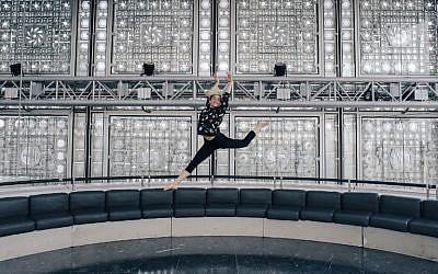 """La danseuse et chorégraphe syrienne Yara al-Hasbani lors de la répétition de son spectacle """"Inarrêtable"""" au festival de danse arabe, au 9ème étage de l'institut du monde arabe, le 16 avril 2018 à Paris (Crédit : AFP PHOTO / LUCAS BARIOULET)"""