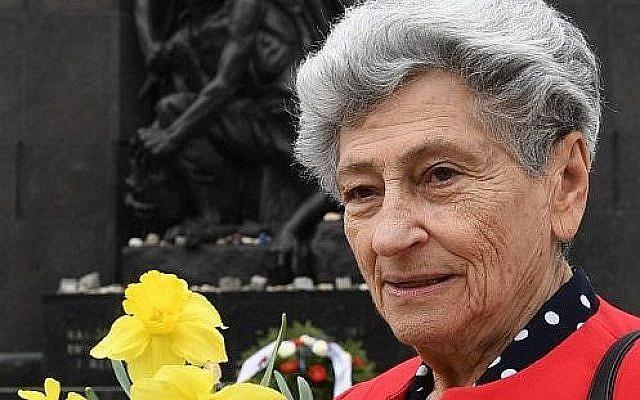 Krystyna Budnicka, survivante du ghetto de VArsovie, le 16 avril 2018 devant le monument en hommage aux héros du ghetto. (Crédit : AFP /JANEK SKARZYNSKI)
