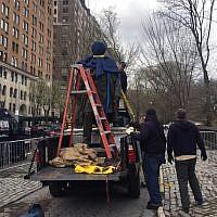 Déboulonnage de la statue de Dr. James Marion Sims, le 17 avril 2018, à New York, sur ordre du maire de la ville Bill de Blasio.  (Crédit : AFP / Thomas URBAIN)