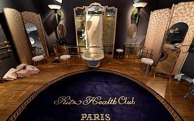 Du mobilier du prestigieux hôtel du Ritz, vendu aux enchères par la maison de vente aux enchères Artcurial à Parisle 17 avril 2018. (Crédit : AFP / GERARD JULIEN)