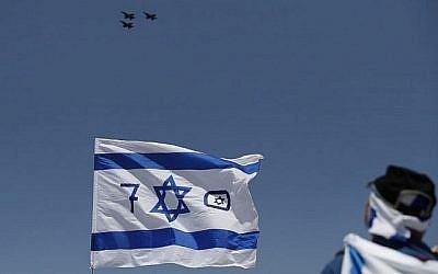 Des Israéliens et des touristes regardent un spectacle aérien pendant les festivités du 70ème Jour de l'Indépendance, le 19 avril 2018 dans la ville côtière méditerranéenne de Tel Aviv (Crédit : AFP PHOTO / AHMAD GHARABLI)