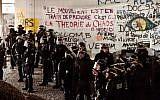 Des policiers anti-émeutes français après avoir dispersé un camp de protestation sur le campus de Tolbiac, une partie de l'Université de la Sorbonne, le 20 avril 2018, à Paris. (Crédit : AFP / CHRISTOPHE SIMON)
