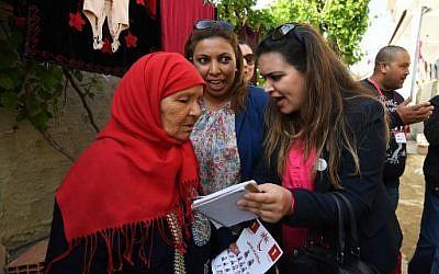 Ines Boussetta candidate aux élections municipales pour la ville de Tebourba e pleine campagne, en Tunisie, le 20 avril 2018. (Crédit : AFP PHOTO / FETHI BELAID)