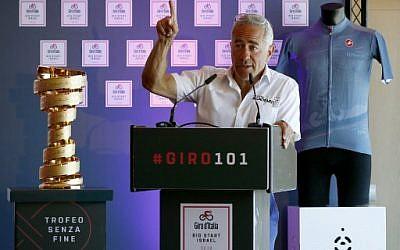 Sylvan Adams, président honoraire du Tour D'Italie 2018 durant une conférence de prèsse à Tel Aviv, le 22 avril 2018. A sa droite, le trophée de la compétition de cyclisme. (Crédit :AFP / JACK GUEZ)
