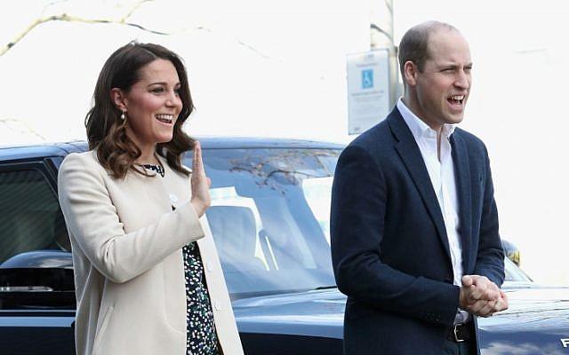 Sur cette photo prise le 22 mars 2018, le prince William de Grande-Bretagne, le duc de Cambridge et Catherine, duchesse de Cambridge, saluent à leur arrivée pour assister à une manifestation au Parc Olympique de Londres. (AFP PHOTO / POOL / Chris Jackson)