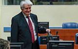 L'ex-chef politique des Serbes de Bosnie Radovan Karadzic à son arrivée dans la salle d'audience du Mécanisme pour les tribunaux pénaux internationaux (MTPI, à La Haye, le 23 avril 2018. (Crédit : AFP PHOTO / ANP / Yves Herman )