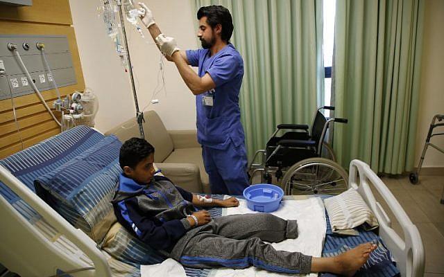 Abdel Rahman Nawfal, 12 ans, à l'hôpital de la ville de Ramallah, en Cisjordanie, après l'amputation de sa jambe suite à une blessure contractée durant les affrontements contre les forces israéliennes le long de la frontière entre Gaza et Israël, le 23 avril 2018 (Crédit :  . / AFP PHOTO / ABBAS MOMANI)