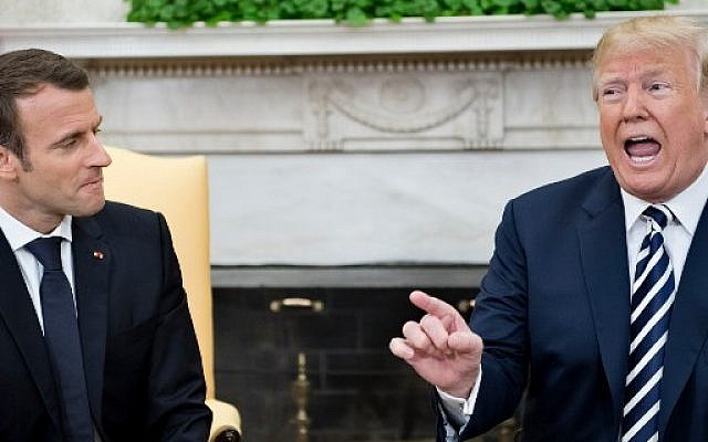 Emmanuel Macron et Donald Trump dans le bureau Ovae, le 24 avril 2018, à Washington, DC. (Crédit : AFP / Brendan Smialowski)