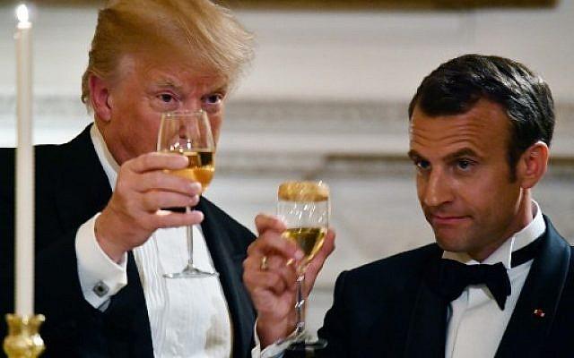 Donald Trump et Emmanuel Macron trinquent  dîner officiel à la Maison Blanche à Washington, le 24 avril 2018. (Crédit : AFP / Thomas KAMM)