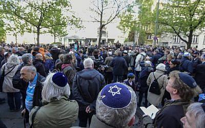 """Les participants au rassemblement  """"Berlin porte la kippa"""", le 25 avril 018. (Crédit : AFP / Tobias SCHWARZ)"""