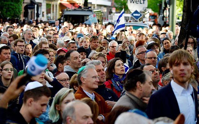 """Les participants à la manifestation """"Berlin porte la kippa"""", plus de 2 000 juifs et non-juifs portant la calotte traditionnelle en signe de solidarité avec les juifs, le 25 avril 2018 à Berlin, après que l'Allemagne a été secouée par une série d'incidents antisémites. (Crédit : AFP / Tobias SCHWARZ)"""