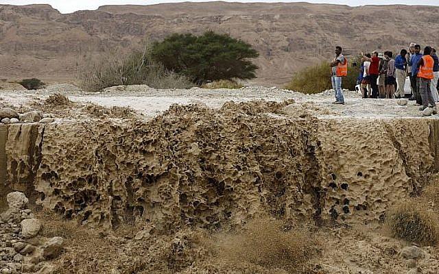 Une vallée inondée dans le désert de Judée, près de la mer Mort, après d'importantes précipitations, le 2 avril 2018. (Crédit AFP / MENAHEM KAHANA)