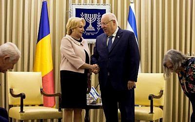 Le président israélien Reuven Rivlin et le Premier ministre roumain Viorica Dancila, à la résidence présidentielle à Jérusalem, le 26 avril 2018. (Crédit : AFP / POOL / Heidi Levine)