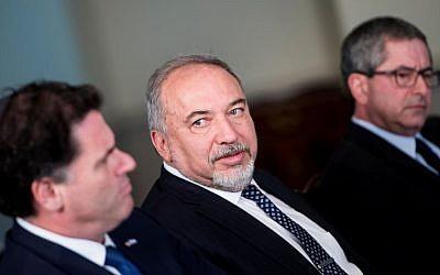 Le ministre de la Défense Avigdor Lieberman, deuxième à gauche, et son ambassadeur aux États-Unis Ron Dermer, attendent une réunion avec le secrétaire américain à la Défense James Mattis au Pentagone, le 26 avril 2018 à Washington, DC. (Brendan Smialowski/AFP)