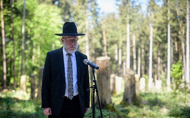 Le rabbin Shmeul Aharon Brodman dit le kaddish durant la cérémonie d'inauguration d'un site de commémoration dans l'ancien camp de concentration de Muehldorfer Hart à proximité de Waldkraiburg, dans le sud de l'Allemagne, le 27 avril 2018  (Crédit : AFP PHOTO / dpa / Matthias Balk)