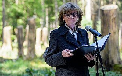 Charlotte Knobloch, présidente de la communauté juive de Munich, prononce un discours durant la cérémonie d'inauguration d'un site de commémoration dans l'ancien camp de concentration de Muehldorfer Hart à proximité de Waldkraiburg, dans le sud de l'Allemagne, le 27 avril 2018 (Crédit : AFP PHOTO / dpa / Matthias Balk)