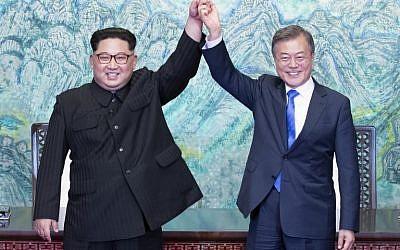 Les dirigeants coréens Kim Jong Un et South Korea's President Moon Jae-in (R) lors du sommet à Panmunjom, le 27 avril 2018. (Crédit : AFP / Korea Summit Press Pool / Korea Summit Press Pool)