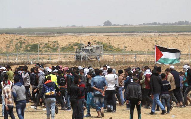 Des Palestiniens manifestent près de la ville de Khan Younès, au sud de la bande de Gaza, lors du cinquième vendredi consécutif de manifestations de masse et d'affrontements le long de la frontière entre Gaza et Israël, le 27 avril 2018. (AFP Photo/Said Khatib)