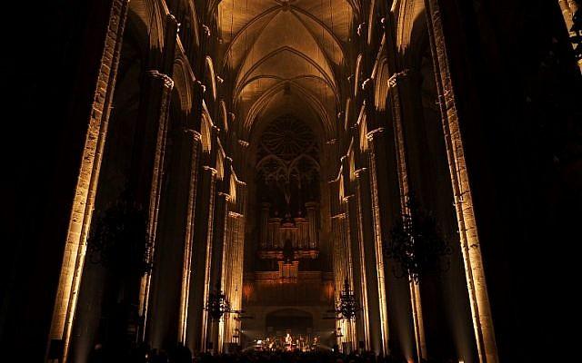 Des artistes rendent hommage à feu le chanteur Leonard Cohen dans la cathédrale de Bourges lors de la 42ème édition du festival de musique du Printemps de Bourges, le 27 avril 2018 (Crédit :  / AFP PHOTO / GUILLAUME SOUVANT)