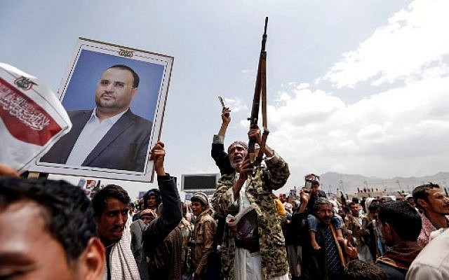 Procession funéraire pour le chef des Houthis Saleh al-Samad et ses 6 gardes du corps, à Sanaa, après son assassinat par des frappes saoudiennes le 28 avril 2018. (Crédit  AFP PHOTO / Mohammed HUWAIS)