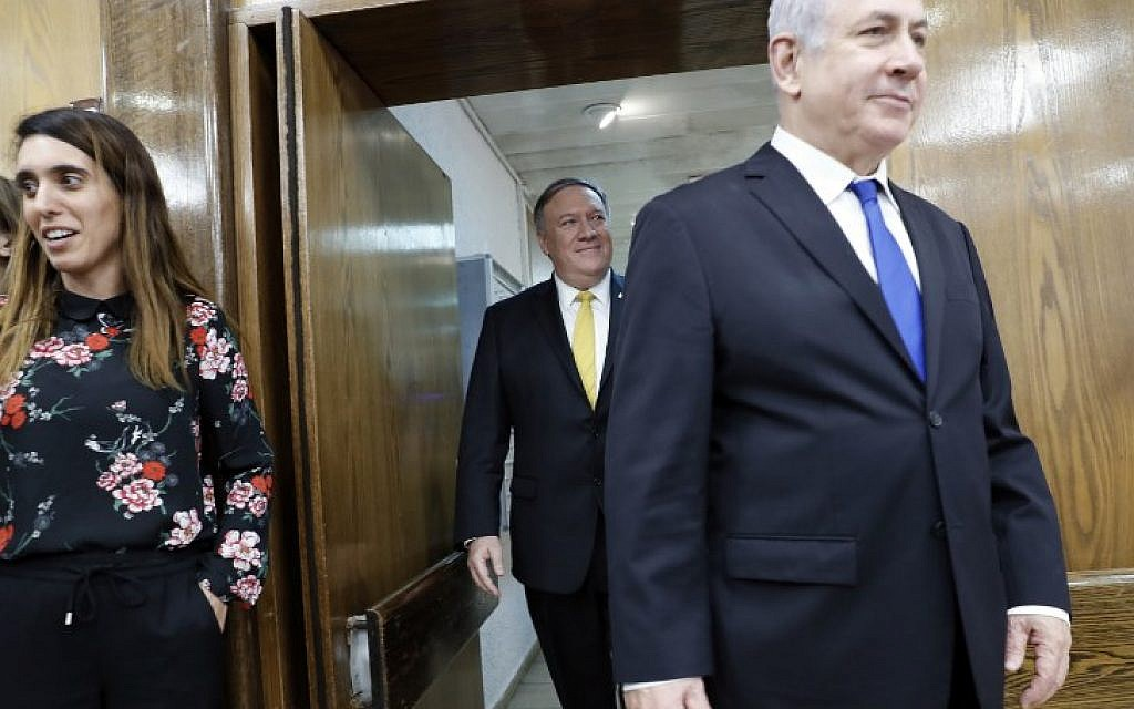 Le secrétaire d'État américain Mike Pompeo (C) et le Premier ministre israélien Benjamin Netanyahu (D) arrivent pour une conférence de presse conjointe au ministère de la Défense à Tel Aviv le 29 avril 2018. (AFP PHOTO / Thomas COEX)