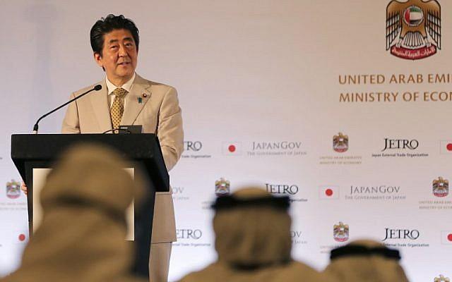 Le Premier ministre Shinzo Abe s'exprime durant un forum commercial japon-Emirats arabes unis à Abou Dhabi le 30 avril 2018 (Crédit : AFP PHOTO / KARIM SAHIB)