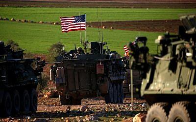 Un convoi de blindés aux abords du village de Yalanli, à l'ouest de la ville syrienne de Manbij, dans le nord du pays, le 5 mars 2017 (Crédit :  AFP PHOTO / DELIL SOULEIMAN)