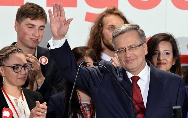 L'ancien président polonais Bronislaw Komorowski réagit après l'annonce des résultats du second tour de l'élection présidentielle à Varsovie, le 24 mai 2015. (AFP PHOTO/JANEK SKARZYNSKI)
