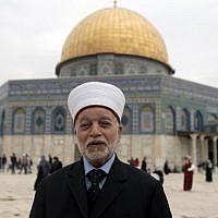 Le mufti de Jérusalem Mohammed Hussein pose devant le Dôme du Rocher au Mont du Temple dans la Vieille Ville de Jérusalem (Ahmad Gharabli / AFP)