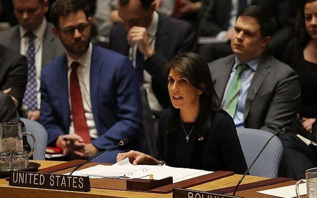 L'ambassadrice des États-Unis auprès des Nations Unies, Nikki Haley, prend la parole devant le Conseil de sécurité le 14 mars 2018, au siège des Nations Unies à New York. (Crédit : Spencer Plate/Getty Images/AFP)