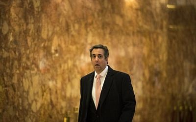 Michael Cohen, avocat personnel du président Donald Trump, traverse le hall d'entrée de la tour Trump, le 12 janvier 2017, à New York (Drew Angerer / Getty Images / AFP)