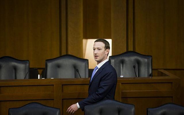 Le co-fondateur de Facebook, le PDG Mark Zuckerberg, est parti après avoir témoigné devant le comité sénatorial de la magistrature et du commerce dans l'immeuble de bureaux du Sénat à Capitol Hill, le 10 avril 2018, à Washington, DC. (Crédit : Zach Gibson / Getty Images)