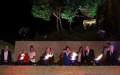 Photo d'illustration : des survivants, certains accompagnés de leurs enfants ou de leurs petits-enfants, allument six torches à Yad Vashem, à la veille du jour du Souvenir de l'Holocauste, en 2017 (Yonatan Sindel / Flash 90)